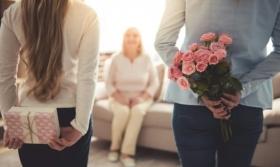 CADOURI PENTRU MAME: Cum sa o surprinzi pe cea mai iubita femeie din viata ta. IDEI pentru diferite ocazii